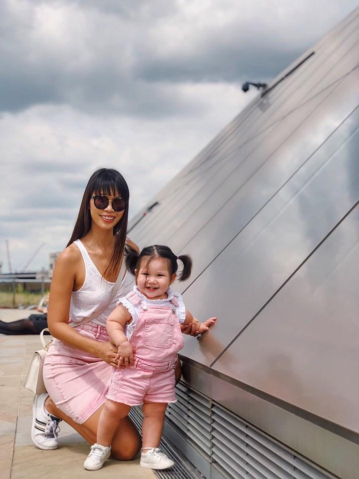 """Sau khi bị chỉ trích là mẹ ác vì luyện ngủ cho con, siêu mẫu Hà Anh tiếp tục khoe con gái bụ bẫm và cách nuôi con bụi""""-1"""