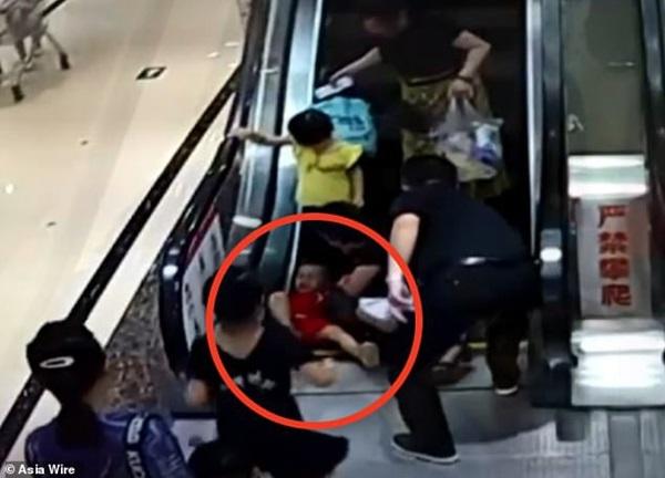 Bé 2 tuổi suýt mất cánh tay do bị kẹt vào thang cuốn, mẹ la hét cầu cứu không ngừng-1