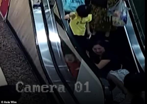 Bé 2 tuổi suýt mất cánh tay do bị kẹt vào thang cuốn, mẹ la hét cầu cứu không ngừng-2