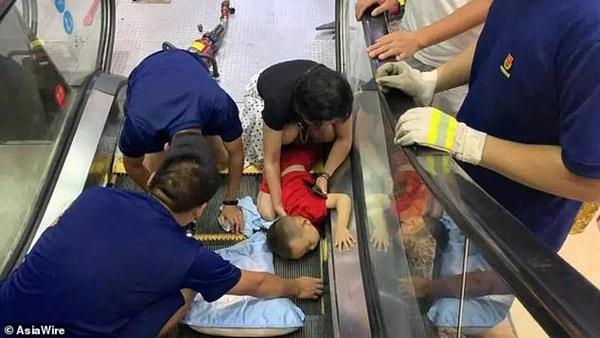 Bé 2 tuổi suýt mất cánh tay do bị kẹt vào thang cuốn, mẹ la hét cầu cứu không ngừng-3