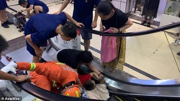 Bé 2 tuổi suýt mất cánh tay do bị kẹt vào thang cuốn, mẹ la hét cầu cứu không ngừng-4