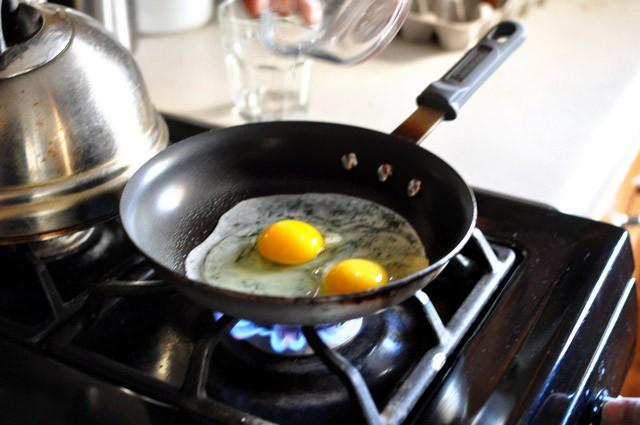 Bỏ bí kíp cũ đi, đây mới chính là cách bạn nên rán trứng ốp la đơn giản và ngon nhất-2