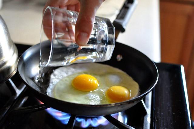 Bỏ bí kíp cũ đi, đây mới chính là cách bạn nên rán trứng ốp la đơn giản và ngon nhất-3