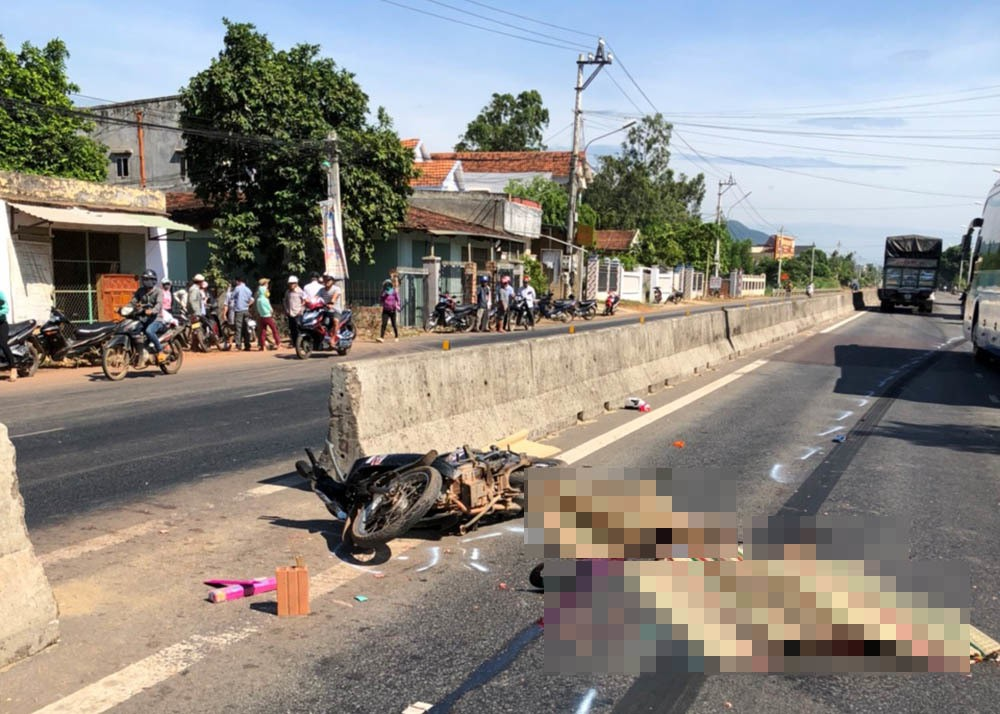 Ông bà ngoại chết thảm dưới bánh xe tải, bé gái 7 tuổi may mắn thoát nạn, ngơ ngác tìm người thân-1