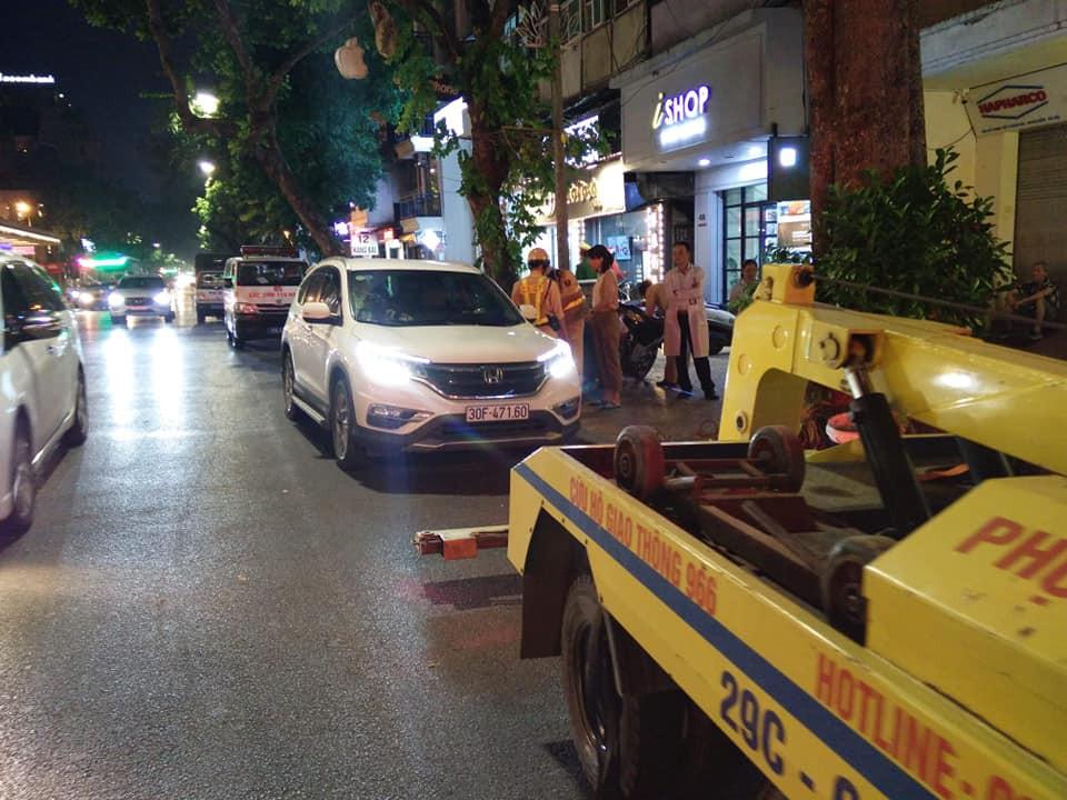 Hà Nội: Tài xế lăn ra ngủ khi đang đi ô tô giữa phố khiến lực lượng chức năng phải huy động cả cứu thương, cứu hỏa đến hỗ trợ-1