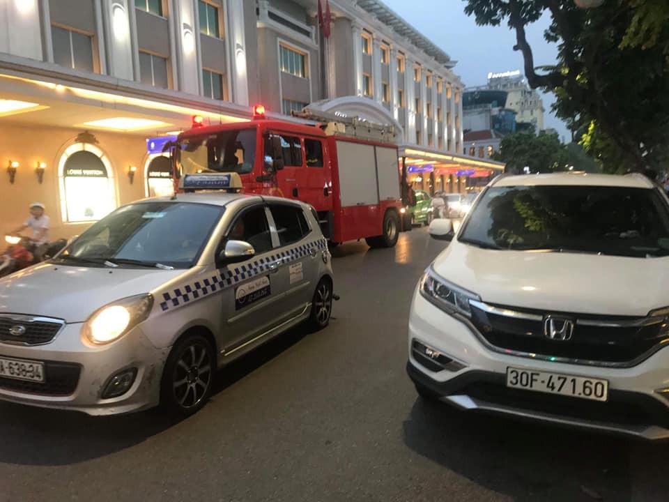 Hà Nội: Tài xế lăn ra ngủ khi đang đi ô tô giữa phố khiến lực lượng chức năng phải huy động cả cứu thương, cứu hỏa đến hỗ trợ-2