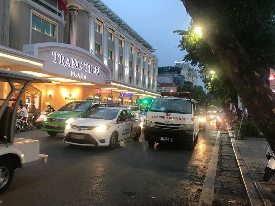 Hà Nội: Tài xế lăn ra ngủ khi đang đi ô tô giữa phố khiến lực lượng chức năng phải huy động cả cứu thương, cứu hỏa đến hỗ trợ-3