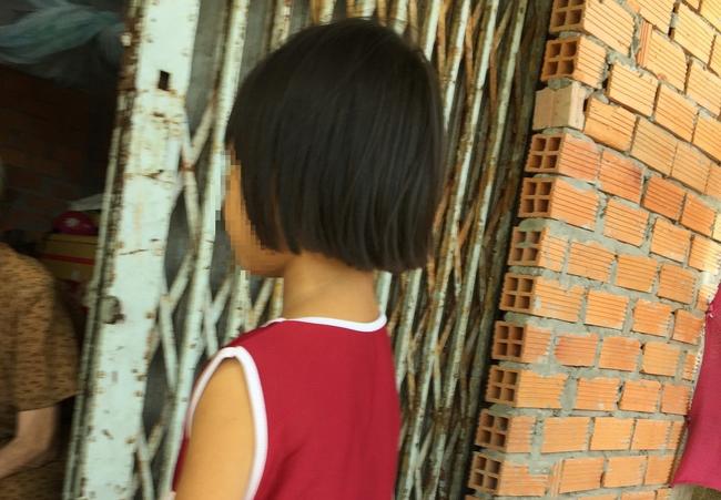 Lời kể của mẹ bé gái 6 tuổi bị ông ngoại nuôi sàm sỡ vùng kín: Chị đã đánh con vì không tin, cho đến khi...-1