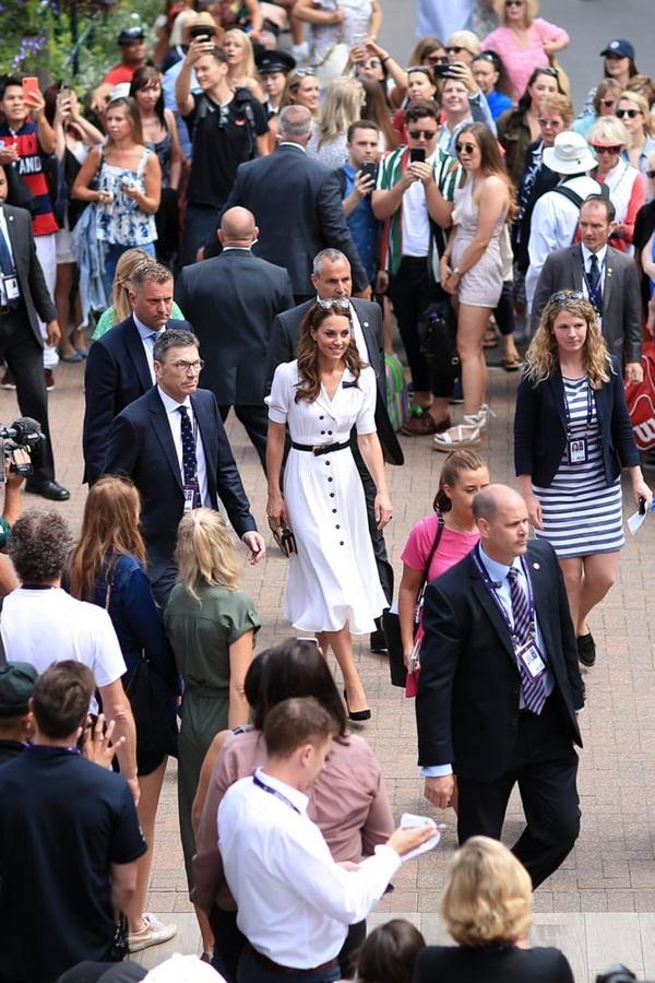 Mới làm dâu hoàng gia đã tỏ thái độ chảnh chọe, Meghan Markle còn phải chạy dài mới theo kịp chị đại Kate, đẳng cấp là phải thế này đây-3