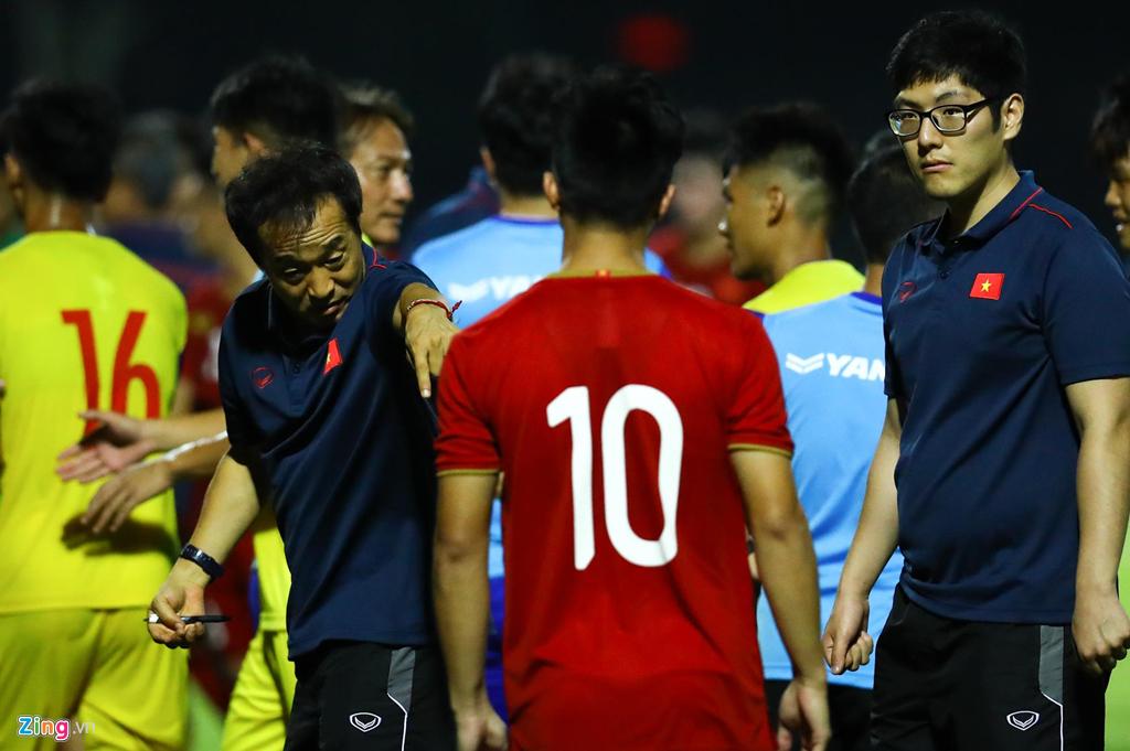 Trợ lý Lee Young-jin chấn chỉnh Martin Lo ngay sau chiến thắng-1