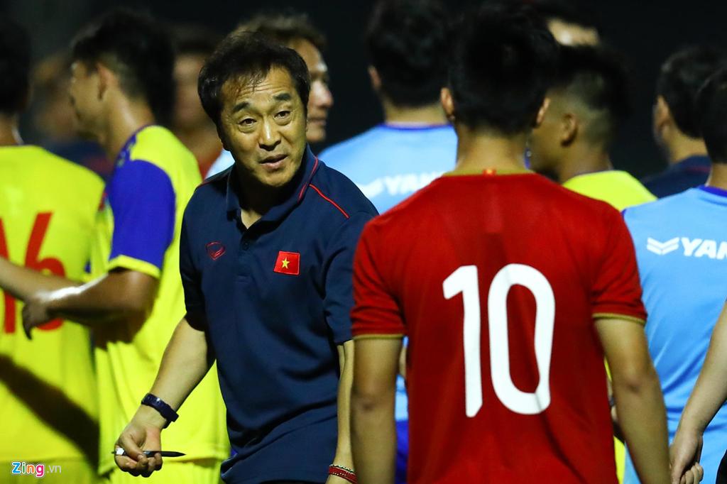 Trợ lý Lee Young-jin chấn chỉnh Martin Lo ngay sau chiến thắng-2