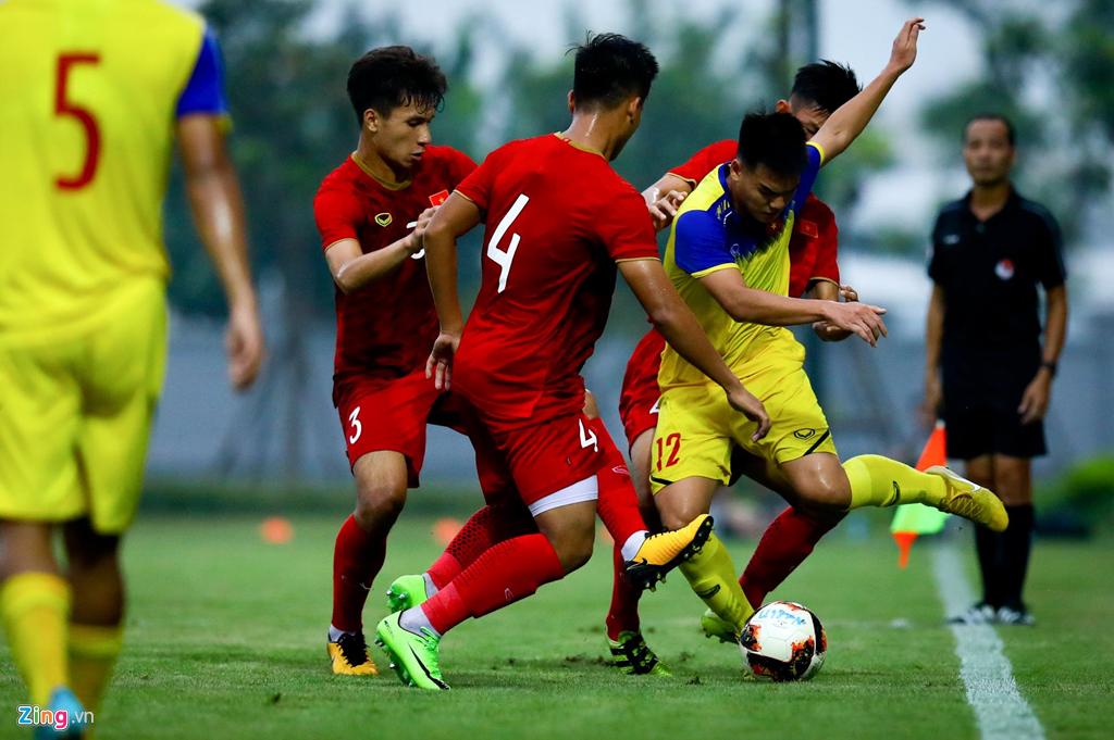 Trợ lý Lee Young-jin chấn chỉnh Martin Lo ngay sau chiến thắng-6