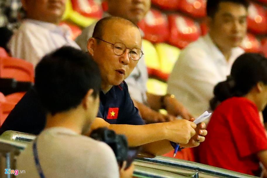 Trợ lý Lee Young-jin chấn chỉnh Martin Lo ngay sau chiến thắng-10