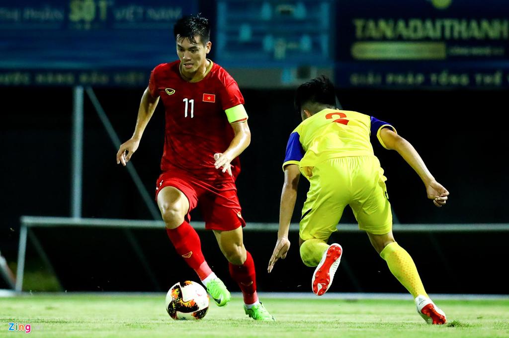 Trợ lý Lee Young-jin chấn chỉnh Martin Lo ngay sau chiến thắng-9