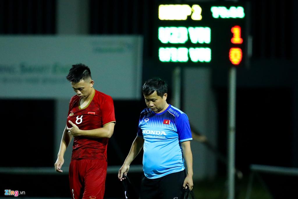 Trợ lý Lee Young-jin chấn chỉnh Martin Lo ngay sau chiến thắng-11