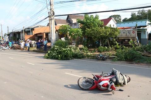 Xe ben phóng nhanh gây tai nạn liên hoàn rồi lao vào nhà dân, 3 người thương vong-2