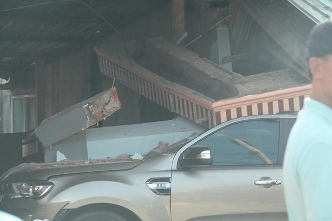 Xe ben phóng nhanh gây tai nạn liên hoàn rồi lao vào nhà dân, 3 người thương vong-3