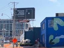 Phì cười với biển quảng cáo iPhone ngay cạnh thành phố thông minh của Google