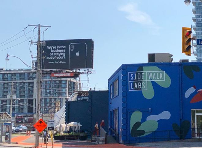 Phì cười với biển quảng cáo iPhone ngay cạnh thành phố thông minh của Google-1
