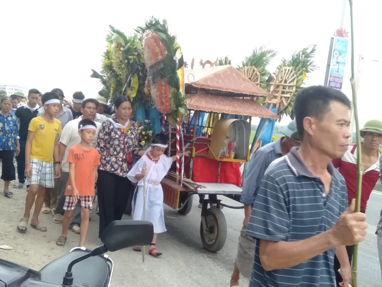 Đám tang đẫm nước mắt của nữ nhân viên bán xăng bị sát hại: Hai đứa con trai ngơ ngác tìm mẹ-3