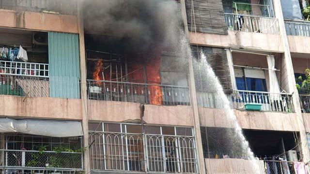 NÓNG: Cháy lớn ở chung cư sát bệnh viện Chấn thương Chỉnh hình, nhiều người mắc kẹt bên trong-1