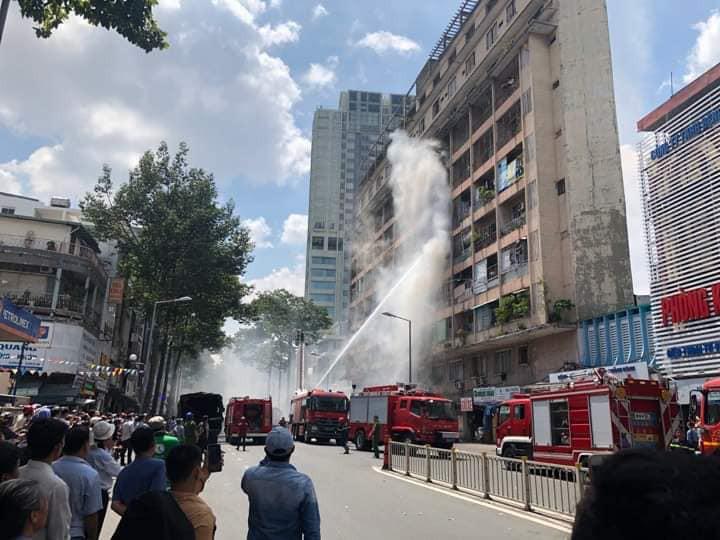 NÓNG: Cháy lớn ở chung cư sát bệnh viện Chấn thương Chỉnh hình, nhiều người mắc kẹt bên trong-2