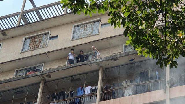 NÓNG: Cháy lớn ở chung cư sát bệnh viện Chấn thương Chỉnh hình, nhiều người mắc kẹt bên trong-3