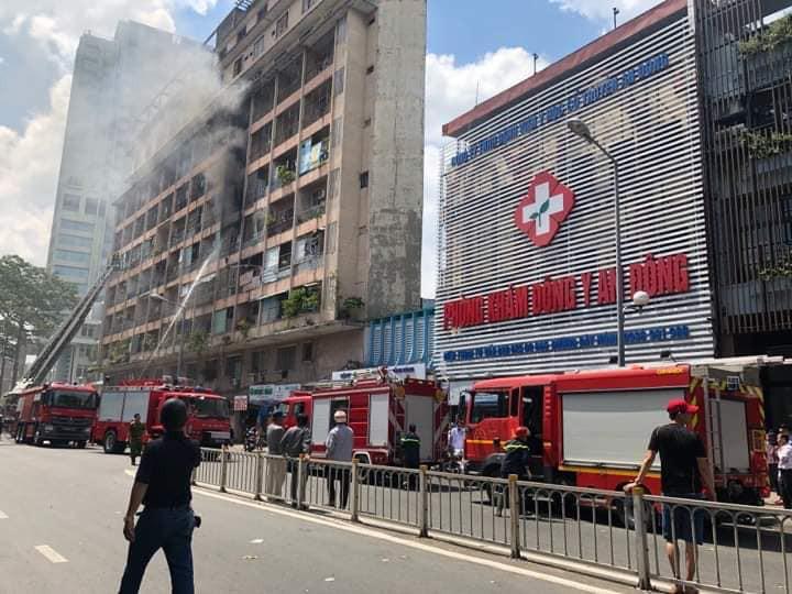 NÓNG: Cháy lớn ở chung cư sát bệnh viện Chấn thương Chỉnh hình, nhiều người mắc kẹt bên trong-4