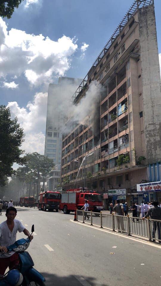 NÓNG: Cháy lớn ở chung cư sát bệnh viện Chấn thương Chỉnh hình, nhiều người mắc kẹt bên trong-5
