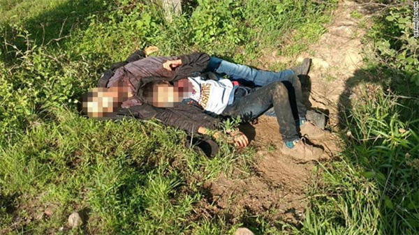 Hai cha con di cư bị cắt cổ, bỏ bên vệ đường ở Mexico gây rúng động-1