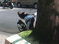 Cô gái ngủ ngon lành trên xe máy dựng giữa đường gây tranh cãi