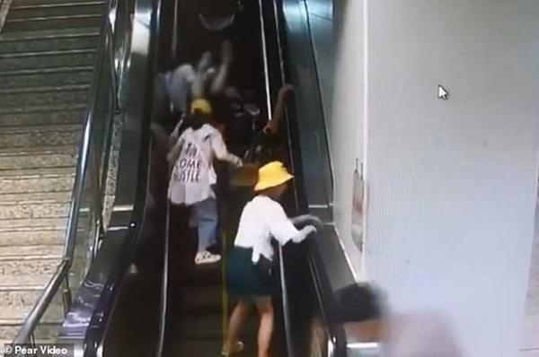 Khoảnh khắc thót tim: Mẹ làm rơi con gái 5 tháng tuổi trên thang cuốn đang chạy, cả loạt người ngã nhào theo để đỡ đứa trẻ-5