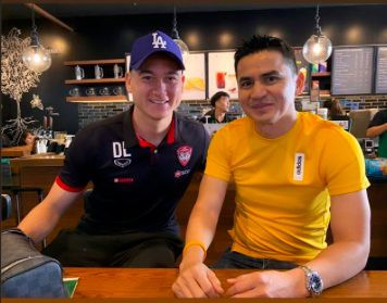 Đặng Văn Lâm bất ngờ chụp ảnh thân thiết với Kiatisak, gọi huyền thoại bóng đá Thái Lan là thầy-1