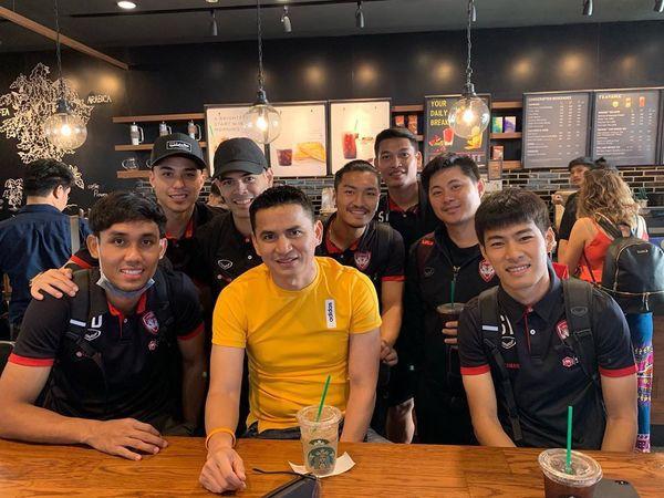 Đặng Văn Lâm bất ngờ chụp ảnh thân thiết với Kiatisak, gọi huyền thoại bóng đá Thái Lan là thầy-2