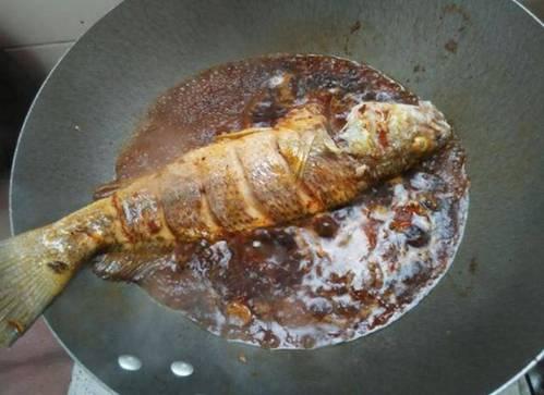 Đừng cho cá vào om trực tiếp, nên thêm bước này món ăn vừa không tanh vừa đều vị-2