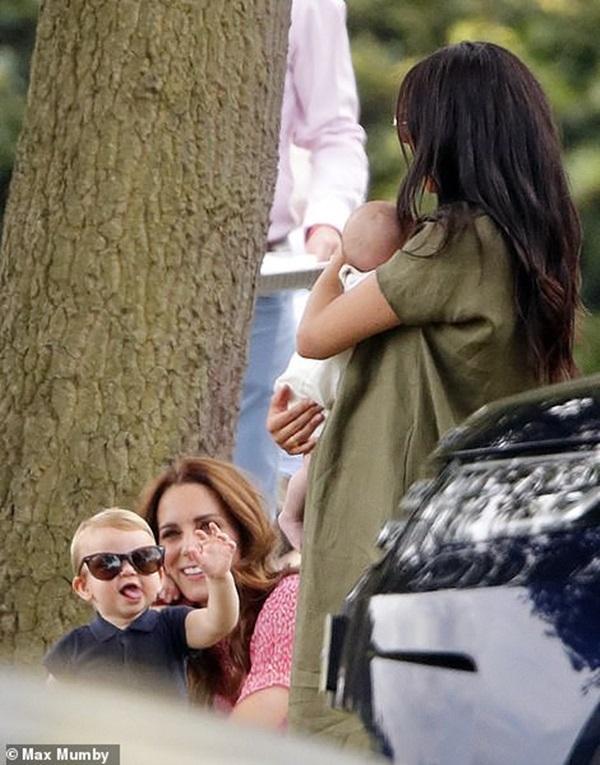 Hoàng tử Louis đánh bật con trai nhà Meghan, trở thành nhân vật HOT nhất trong sự kiện với một loạt biểu cảm khiến người hâm mộ phát cuồng-5