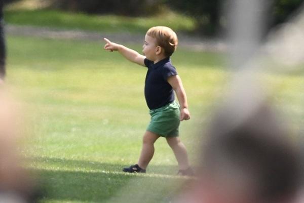 Hoàng tử Louis đánh bật con trai nhà Meghan, trở thành nhân vật HOT nhất trong sự kiện với một loạt biểu cảm khiến người hâm mộ phát cuồng-10