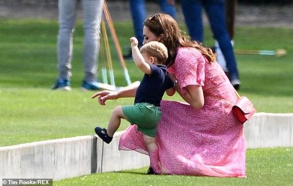 Hoàng tử Louis đánh bật con trai nhà Meghan, trở thành nhân vật HOT nhất trong sự kiện với một loạt biểu cảm khiến người hâm mộ phát cuồng-8