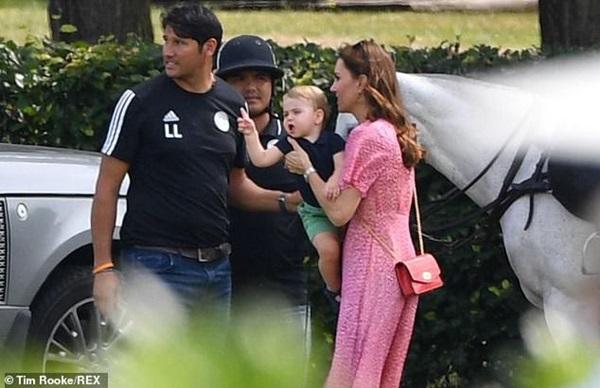 Hoàng tử Louis đánh bật con trai nhà Meghan, trở thành nhân vật HOT nhất trong sự kiện với một loạt biểu cảm khiến người hâm mộ phát cuồng-9