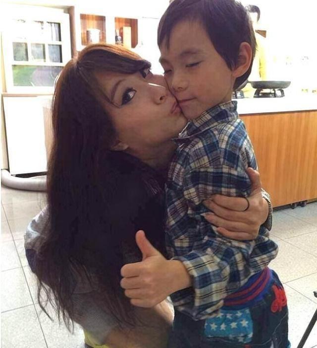 Thản nhiên thả rông tắm chung với con trai 12 tuổi, người mẹ còn tiết lộ thêm sự thật khác-3