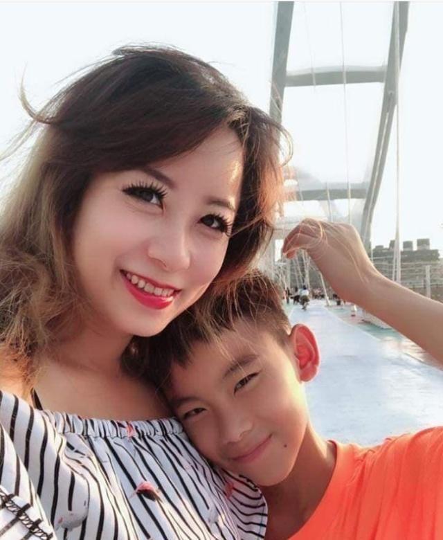 Thản nhiên thả rông tắm chung với con trai 12 tuổi, người mẹ còn tiết lộ thêm sự thật khác-4