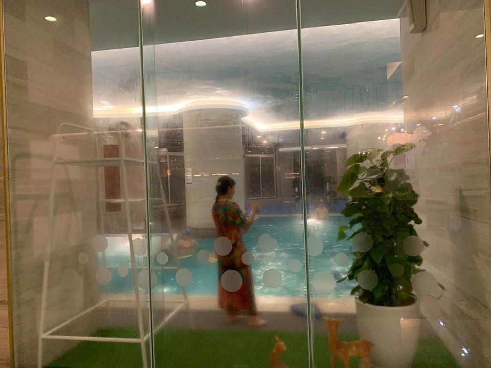 Bà gửi cháu ở bể bơi để ra ngoài, bé gái khoảng 4 tuổi rớt xuống nước phải nhập viện cấp cứu-1