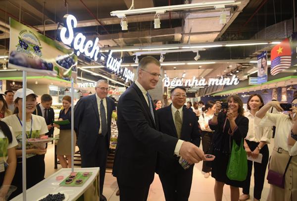 Đại sứ Hoa Kì quảng bá việt quất Mỹ trong VinMart-6