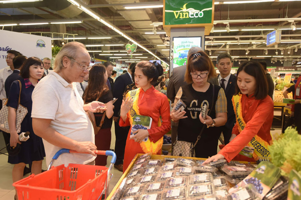 Đại sứ Hoa Kì quảng bá việt quất Mỹ trong VinMart-8