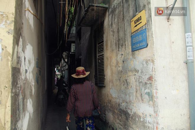 Người đàn ông 14 năm thắp hương trong khu nhà đói giữa Hà Nội: Tôi trông coi đồng bào, không ai cấm được-1