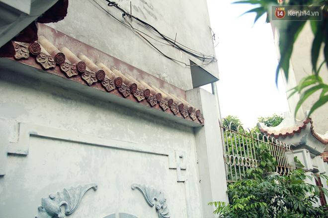 Người đàn ông 14 năm thắp hương trong khu nhà đói giữa Hà Nội: Tôi trông coi đồng bào, không ai cấm được-8