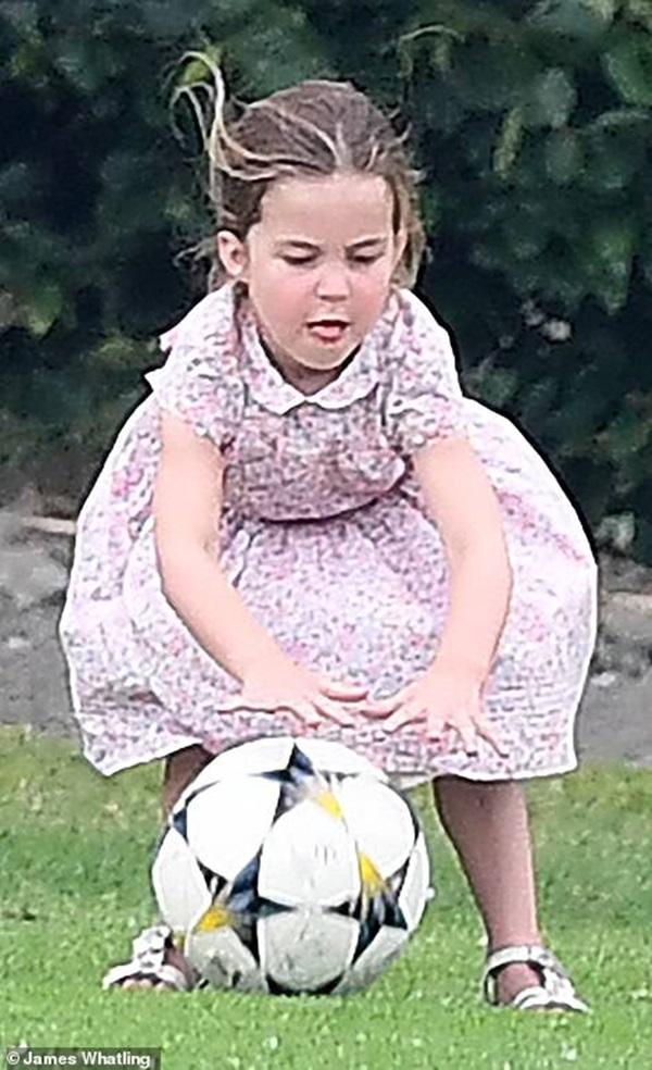 Công chúa Charlotte gây sốt cộng đồng mạng với dáng đứng bá đạo cùng một loạt biểu cảm khó đỡ khiến ai cũng bật cười sảng khoái-1