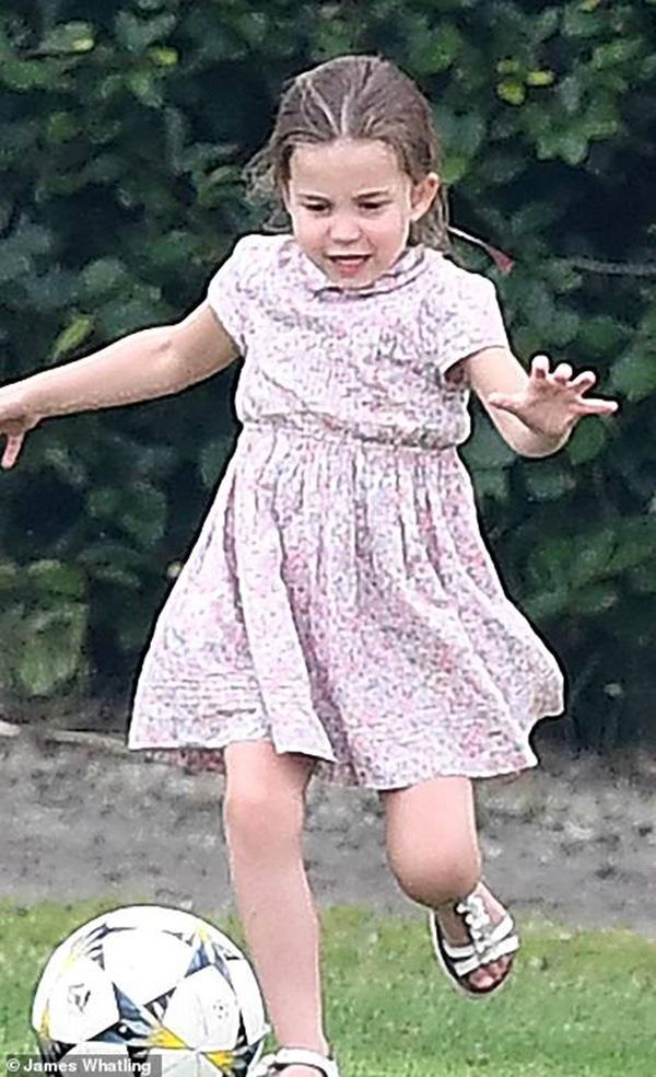 Công chúa Charlotte gây sốt cộng đồng mạng với dáng đứng bá đạo cùng một loạt biểu cảm khó đỡ khiến ai cũng bật cười sảng khoái-2