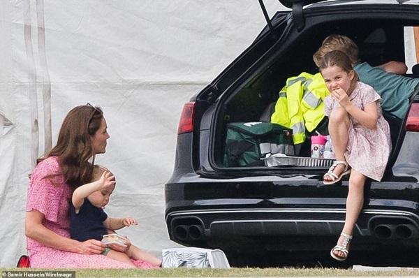 Công chúa Charlotte gây sốt cộng đồng mạng với dáng đứng bá đạo cùng một loạt biểu cảm khó đỡ khiến ai cũng bật cười sảng khoái-7