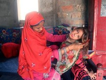 Mắc bệnh lạ gây trẹo cổ 90 độ, bé gái phải chịu đựng nỗi đau hàng ngày vì gia đình không đủ tiền chữa trị